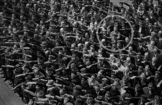 Slika ljudi koji salutiraju nacističkim pozdravom i August Landmesser koji odbija da uradi isto  - 13.6.1936